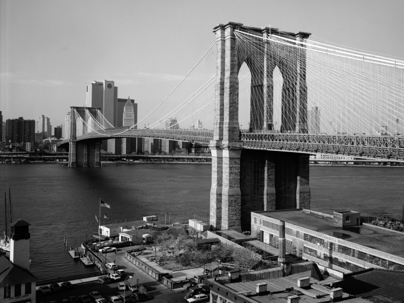 Le Brooklyn Bridge domine la ville de New York