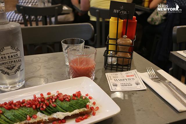 avocado toast dans le restaurant harper's à paris