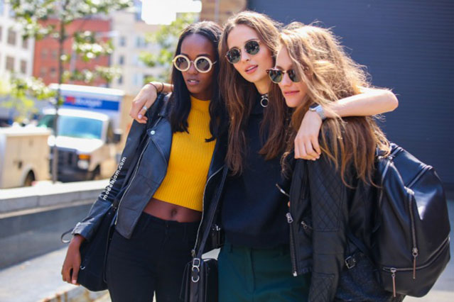 new york girls habillées à la mode avec lunettes de soleil