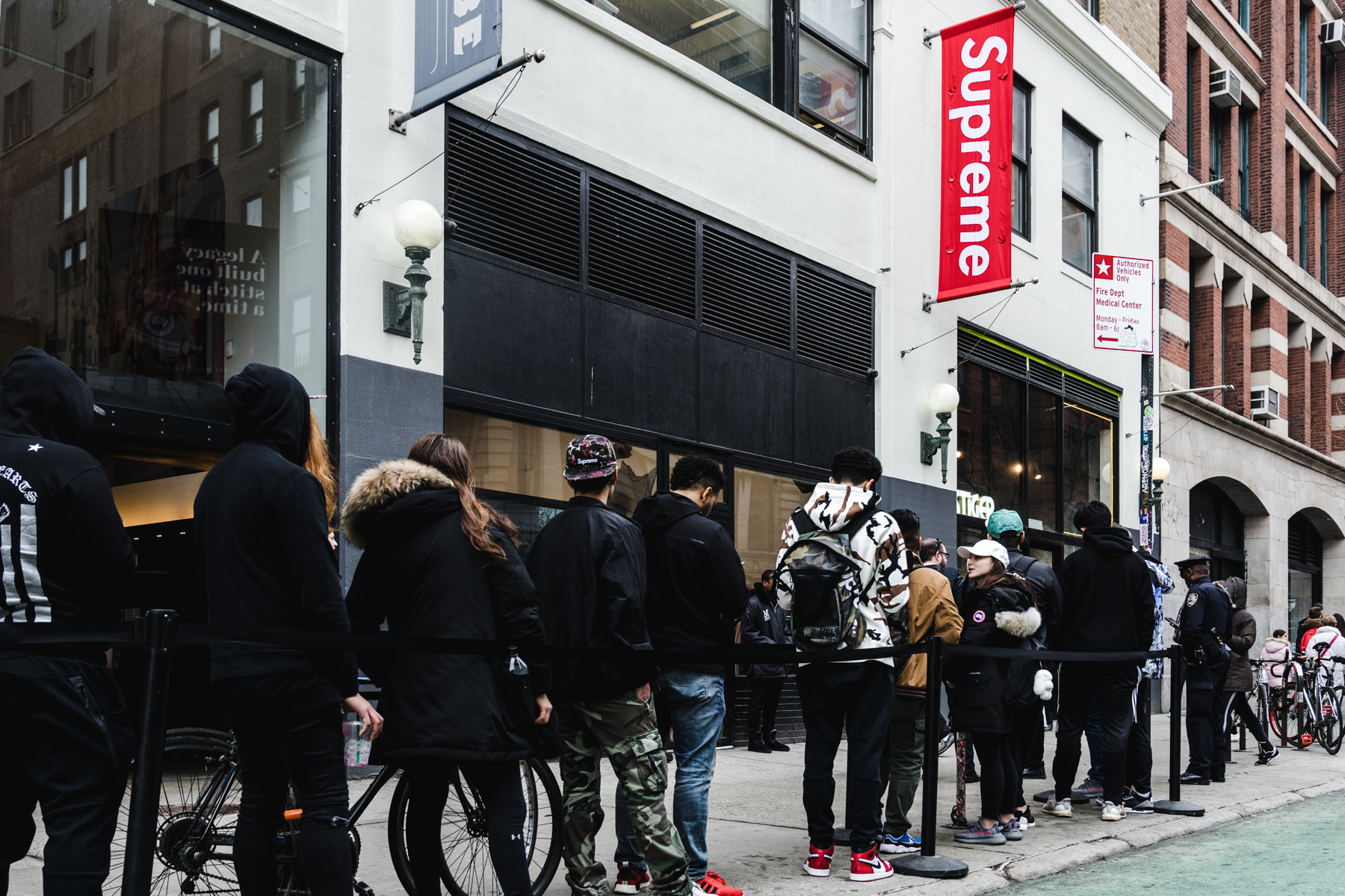 La queue devant la boutique Supreme à New York